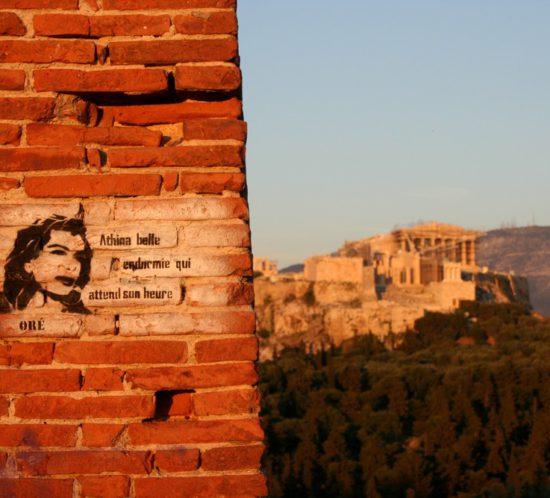 Athen_Streetart_von_Oré. Im Hintergrund Akropolis-Huegel