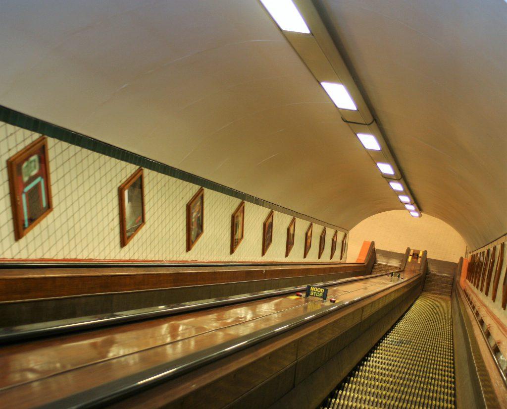 Antwerpen - HolzRolltreppe führt zum Sint Anna Tunnel
