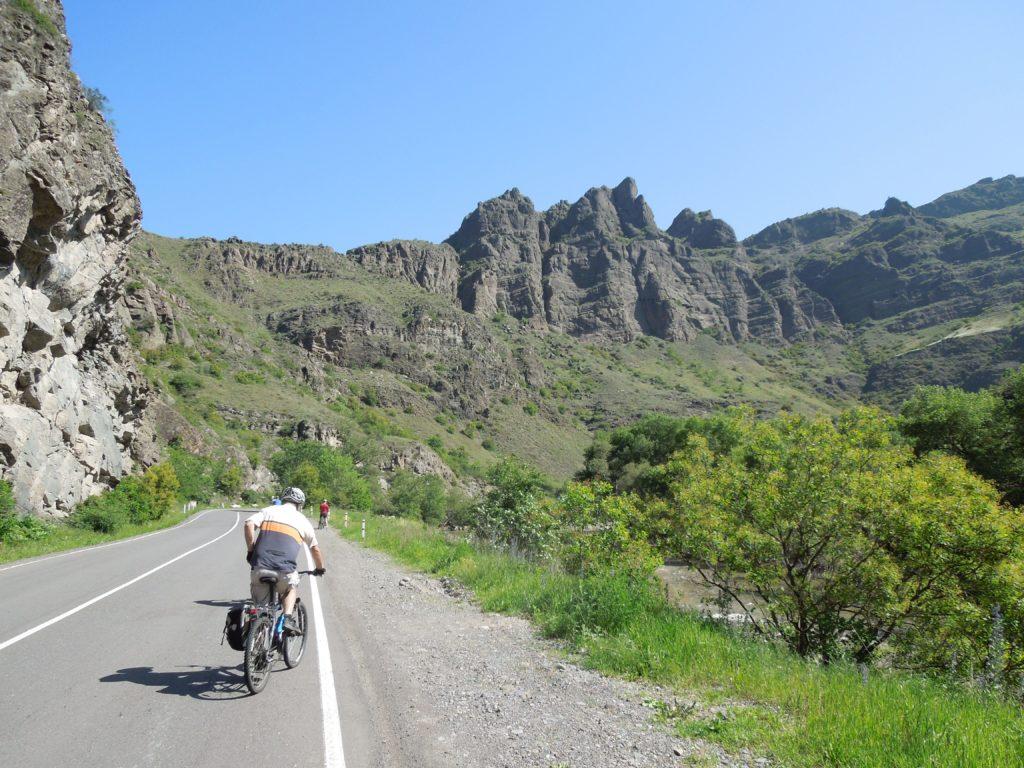 BISS_Reisen_Georgien_Radtour_Weg_durch_die_Berge